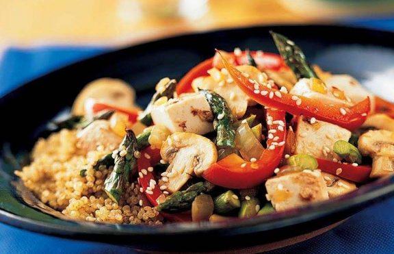 Tumis Tahu Asparagus dan Paprika Merah dengan Quinoa