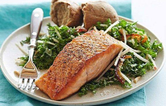 Salmon dengan Salad Kale dan Apel