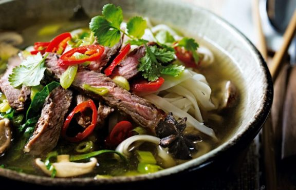 Ramen Miso dengan Daging Sapi Jamur dan Sayuran Hijau