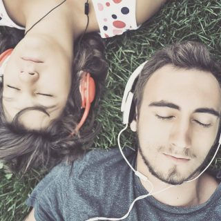 20 Lagu Terbaik Yang Dapat Membantumu Tertidur Lebih Cepat