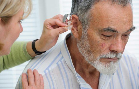 Mengapa Orang Lanjut Usia Kehilangan Pendengaran Mereka