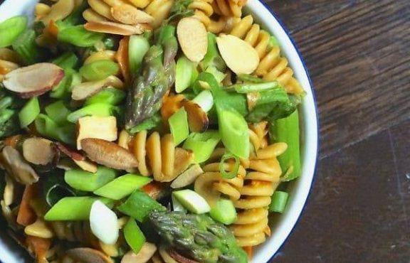 Salad Pasta Asparagus dengan Saus Kacang