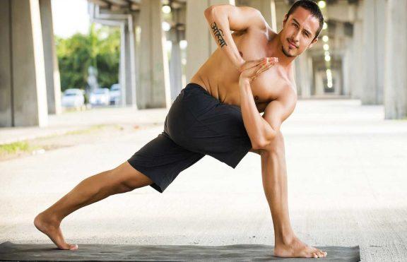 Mengapa Semua Pria Harus Melakukan Yoga