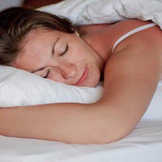 Kebiasaan Tidur Yang Dapat Merusak Kulit Anda