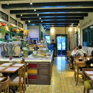 Teras Dharmawangsa: MenggaTeras Dharmawangsa: Menggali Nostalgia Melalui Hidangan Tradisional Khas Asia Dalam Suasana Vintageangan Tradisional Khas Asia Dalam Suasana Vintage