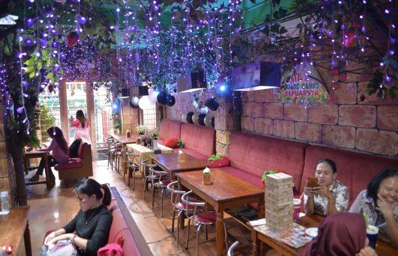 Strawberry Café: Board Games Café Pertama Di Indonesia Dengan Nuansa Serba Strawberry