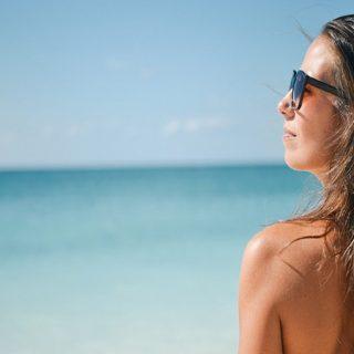Bagaimana Menjinakkan Rambut Saat Di Pantai?