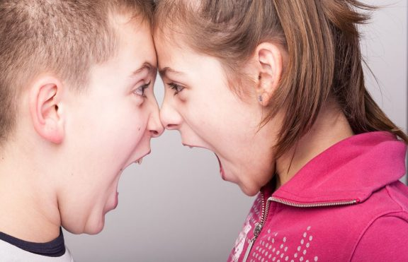 Menenangkan Persaingan Kakak Dan Adik Saat Mereka Bertengkar