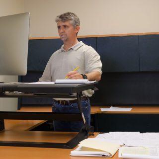 Bukti Bahwa Standing Desk Sebenarnya Membantu Mencegah Kenaikan Berat Badan