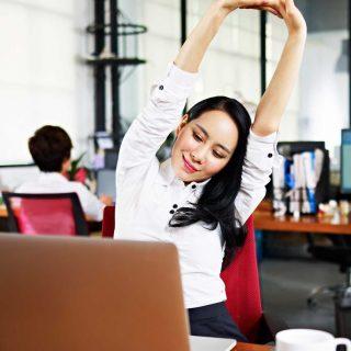 Bugar Di Tempat Kerja: Pose Yoga Mudah Yang Bisa Anda Lakukan Sambil Berdiri Atau Duduk